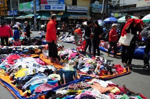 quần áo len có bán rất nhiều ở chợ cũng như hàng đồ cũ
